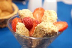 Мороженое в ореховой корочке с клубникой