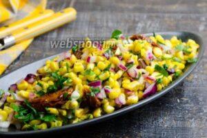 Острый салат из кукурузы с вялеными помидорами